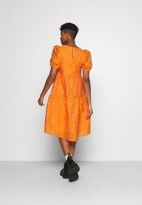 YAS - YASSOLERO HI LOW DRESS - Vardagsklänning - orange peel - 2