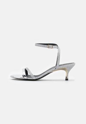 CODE - Sandaalit nilkkaremmillä - argento