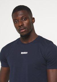 Jack & Jones Performance - JCOZSS TEE - Basic T-shirt - navy blazer - 4