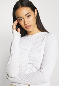 Monki - RUCHIE - Long sleeved top - solid white - 5