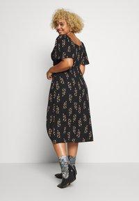 Fashion Union Plus - FLORAL WRAP FRONT MIDI DRESS - Denní šaty - black - 2