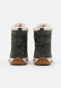 Sorel - WHITNEY II FLURRY - Vinterstøvler - khaki - 3