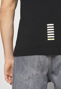 EA7 Emporio Armani - T-shirt med print - black - 4