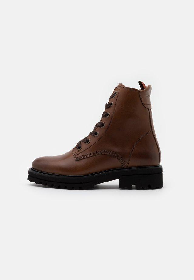 LICIA - Kotníkové boty na platformě - cognac