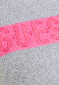 Guess - ADRIA TEE - Triko spotiskem - light melange grey - 2