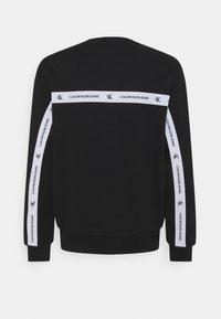 Calvin Klein Jeans - TAPE CREW NECK - Felpa - black - 1