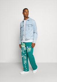 Jaded London - REWORK SCREEN PRINT - Pantalon de survêtement - green - 1