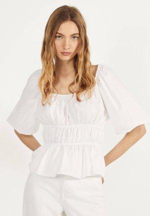 MIT RAFFUNG - Bluse - white