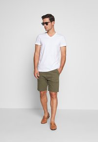 INDICODE JEANS - THISTED - Shorts - dark green - 1