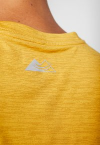 Columbia - TRINITY TRAIL™ GRAPHIC TEE - Print T-shirt - bright gold - 6