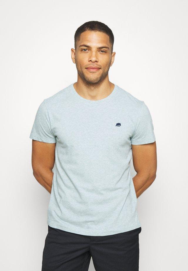LOGO SOFTWASH TEE - T-shirt con stampa - soft sage