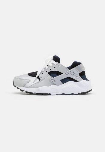 HUARACHE RUN  - Sneakers basse - grey fog/wolf grey/blackobsidian