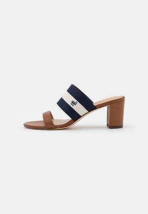 WHITFIELD - Pantofle na podpatku - deep saddle tan/lau