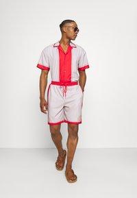 Mennace - SHELL PRINT PULL ON - Shorts - red - 1