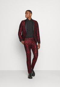 Twisted Tailor - FOSSA SUIT SET - Puku - black red - 1