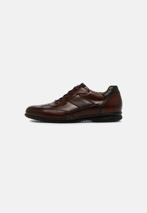 VERNON - Sznurowane obuwie sportowe - cognac