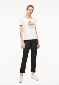 comma casual identity - Print T-shirt - white placed print - 3