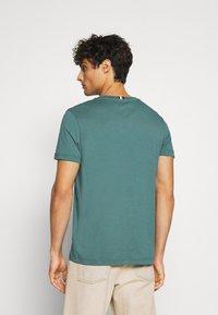 Tommy Hilfiger - CORP DIAMOND TEE - T-shirt z nadrukiem - green - 2