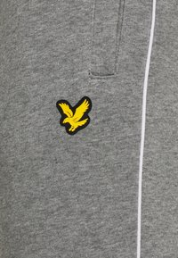 Lyle & Scott - WITH CONTRAST PIPING - Träningsbyxor - mid grey marl - 5