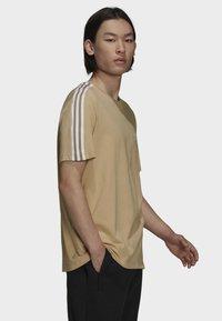 adidas Originals - T-shirt med print - beige - 2