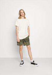 Nike Sportswear - Shorts - medium olive/khaki - 1