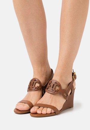 AMILEA - Sandály na klínu - deep saddle tan