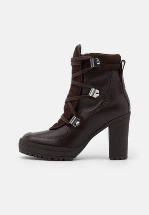 Kotníková obuv na vysokém podpatku - texan/testa di moro