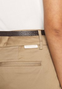 Scotch & Soda - REGULAR FIT WITH STITCHED PLEAT - Chino - sand - 5