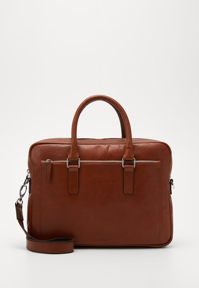 FOCUS LAPTOP BAG - Salkku - cognac