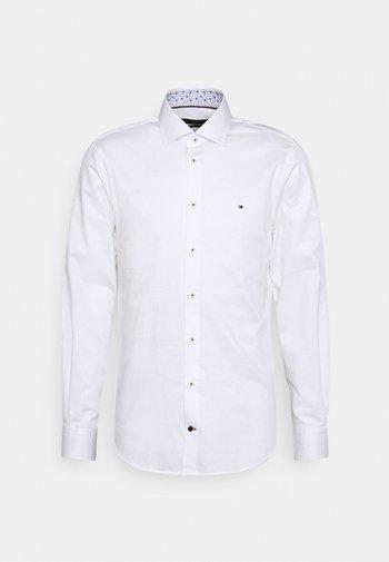 SOLID SLIM FIT - Camicia elegante - white