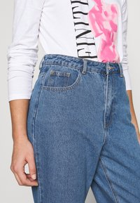 Missguided Petite - RIOT HIGHWAIST PLAIN MOM JEAN - Jeans Skinny Fit - blue - 5