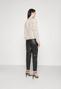 NA-KD - SEQUIN BALLOON SLEEVE - T-shirt à manches longues - silver - 2
