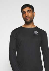 Nike Performance - PACER CREW  - Camiseta de deporte - black/particle grey/silver - 3