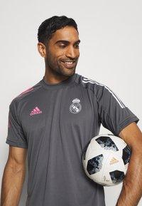 adidas Performance - REAL MADRID AEROREADY SPORTS FOOTBALL - Klubové oblečení - grey five - 3