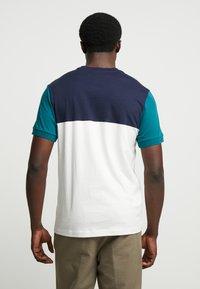 Lacoste - T-shirt print - farine/marine pin - 2