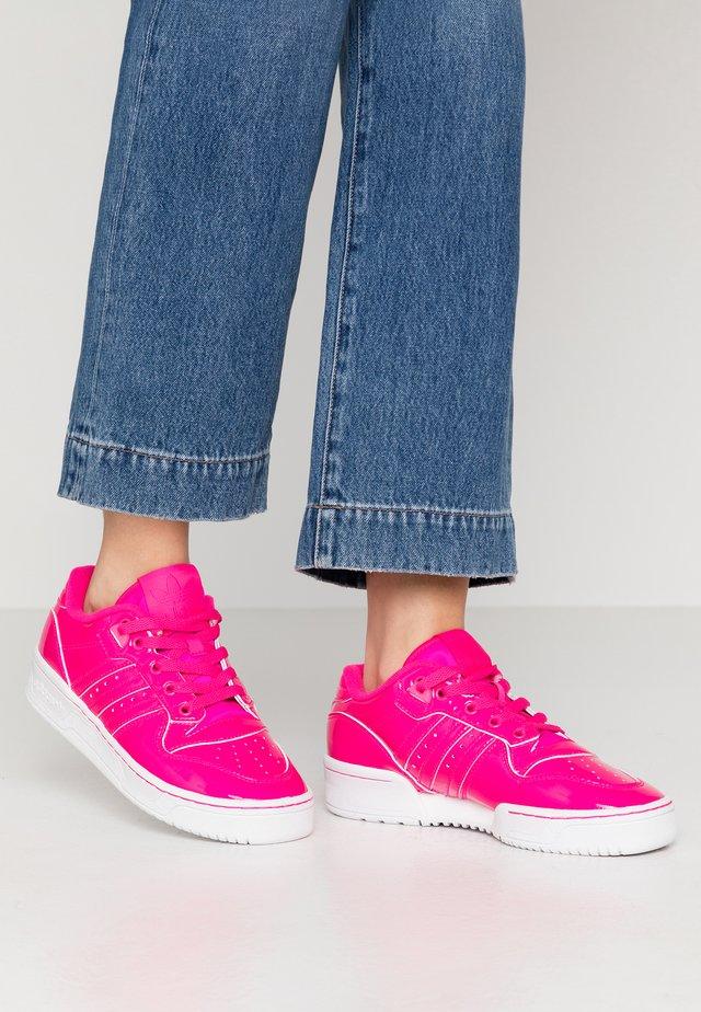 RIVALRY - Sneakers basse - shock pink/footwear white