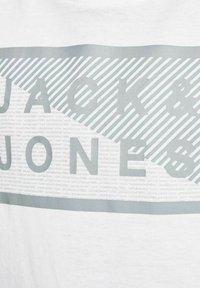 Jack & Jones Junior - JCOSHAWN - Print T-shirt - white - 6