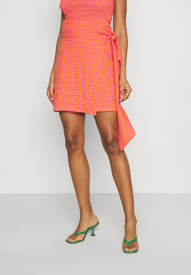 Never Fully Dressed - GINGHAM MINI JASPRE - Zavinovací sukně - orange