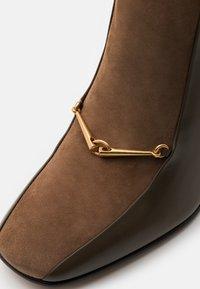 Tory Burch - EQUESTRIAN LINK BOOTIE - Kotníková obuv na vysokém podpatku - burnt taupe/river rock - 5