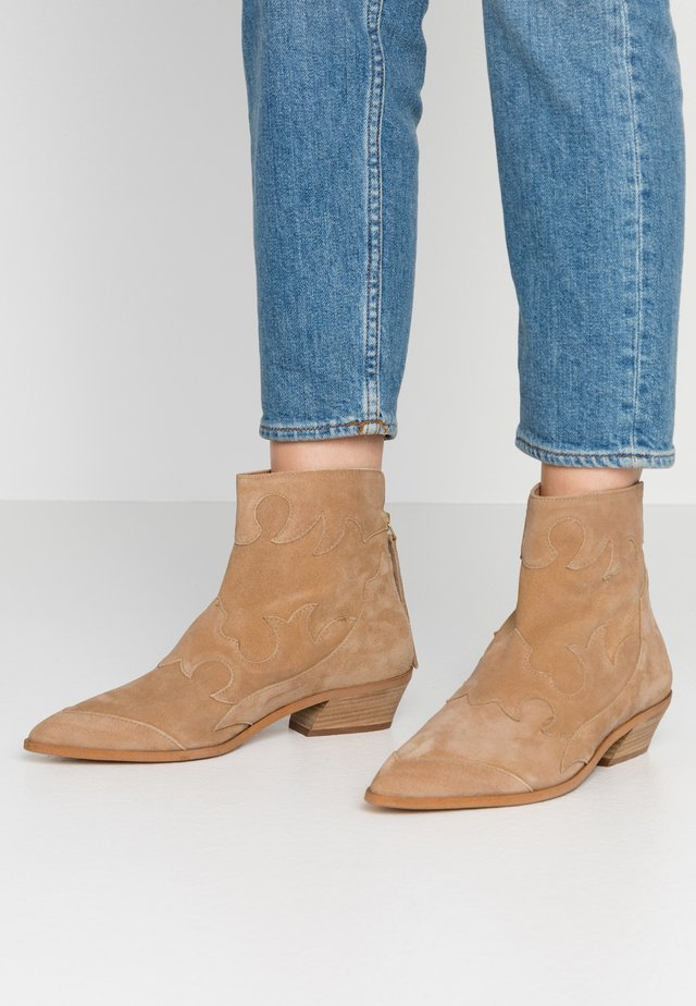 MIQUITA - Cowboy/biker ankle boot - sand