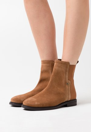 ESSENTIAL FLAT BOOT - Botines - natural cognac