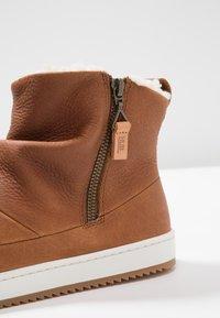 HUB - RIDGE - Ankle boot - cognac/offwhite - 2