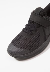 Nike Performance - REVOLUTION 4 - Hardloopschoenen neutraal - black/white/anthracite - 2