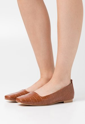 SQUARED TOE - Loafers - cognac