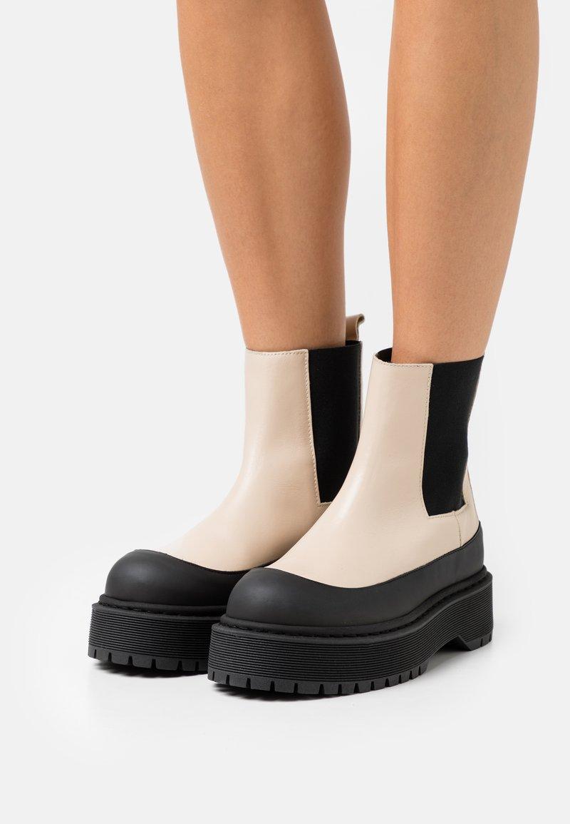 By Malene Birger - KILAS - Kotníkové boty na platformě - wood