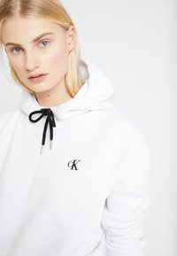 Calvin Klein Jeans - EMBROIDERY HOODIE - Sweat à capuche - bright white - 4