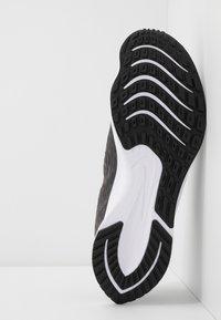 Nike Performance - ZOOM RIVAL FLY 2 - Nøytrale løpesko - black/white/thunder grey - 4