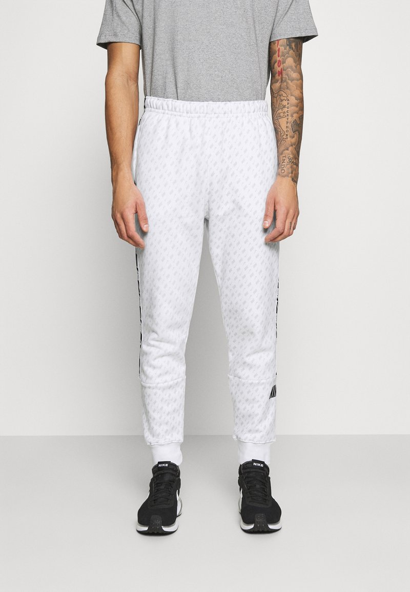 Nike Sportswear - REPEAT PRINT - Pantaloni sportivi - white/black