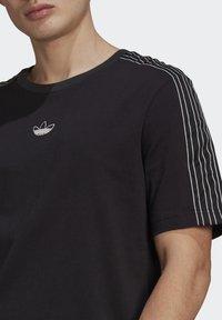 adidas Originals - STRIPE UNISEX - T-shirt med print - black/chalk white - 4