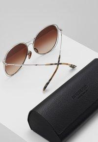 Burberry - Sluneční brýle - silver-coloured/beige - 2